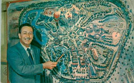 Walt Disney con el plano de DisneyWorld