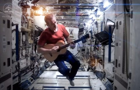 Space Oddity por Chris Hadfield, Bowie no podría superarla
